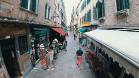 Airview观点的游人沿狭窄的街道走在威尼斯附近,意大利纪念品店  股票视频