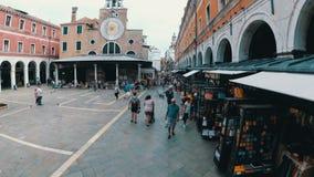 Airview观点的游人沿狭窄的街道走在威尼斯附近,意大利纪念品店  股票录像