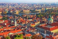 Airview av Prague: Charles bro, Vltava riever Royaltyfri Bild