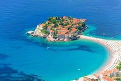 Airview bei Sveti Stefan, kleine kleine Insel und Hotel nehmen in Montene Zuflucht Stockbilder
