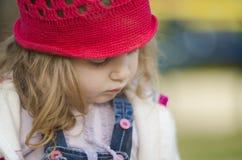 Airy Close Up Shot eines traurigen und einsamen Mädchens, das unten schaut stockbilder