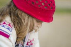 Airy Close Up Shot nublado de uma menina triste e só que olha para baixo imagem de stock