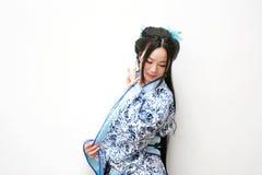 Aisan-Chinesin in traditionellem blauem und weißem Hanfu-Kleid Lizenzfreie Stockbilder