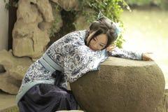 Aisan klär dödar den kinesiska kvinnan i traditionella blått och vit Hanfu, tid i en berömd trädgård Arkivfoton