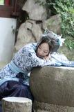 Aisan klär dödar den kinesiska kvinnan i traditionella blått och vit Hanfu, tid i en berömd trädgård Arkivfoto
