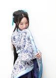 Aisan klär den kinesiska kvinnan i traditionella blått och vit Hanfu Royaltyfri Foto