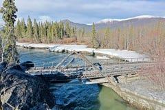 Aishihik-Fluss-Brücke lizenzfreies stockfoto