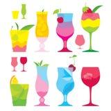 Aislado determinado de cócteles coloridos en vidrios con la fruta Foto de archivo