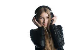Aislado en el retrato lindo blanco de la muchacha del adolescente en auricular atado con alambre Fotografía de archivo libre de regalías