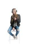 Aislado en el retrato lindo blanco de la muchacha del adolescente en auriculares atados con alambre Fotografía de archivo