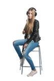 Aislado en el retrato lindo blanco de la muchacha del adolescente en auriculares atados con alambre Imagenes de archivo