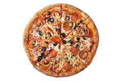 Aislado en la pizza de salchichones sabrosa blanca con las aceitunas fotografía de archivo
