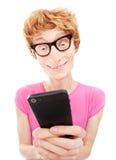 Individuo divertido que usa el teléfono elegante Fotos de archivo