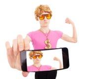 Individuo machista divertido que toma un autorretrato con el teléfono elegante Fotos de archivo