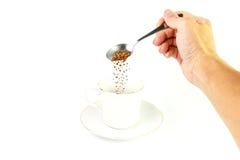 Aislado haga el café vertiendo el café instantáneo Imagen de archivo libre de regalías