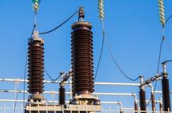 Aisladores de alto voltaje en la subestación del transformador Foto de archivo libre de regalías