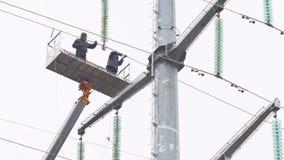 Aisladores del arreglo de los empleados en línea de alto voltaje de la cuna de la grúa almacen de metraje de vídeo