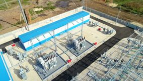 Aisladores en el equipo eléctrico y dispositivos de distribución en la subestación metrajes