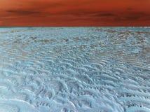 Aislamiento blanco: capa permanente de hielo en la puesta del sol roja imágenes de archivo libres de regalías
