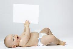 Aislamiento blanco del bebé con la tarjeta en blanco fotos de archivo