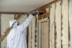 Aislamiento cerrado de rociadura de la espuma del espray de la célula del trabajador en un hogar foto de archivo