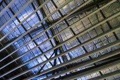 Aislamiento de la fibra de vidrio instalado en el techo imagenes de archivo