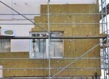 Aislamiento externo de la pared de la casa con fibra de vidrio Concepto ahorro de energía fotografía de archivo libre de regalías