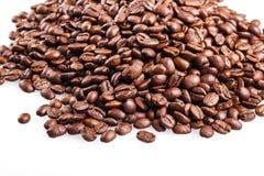 Aislante asado de los granos de café en el fondo blanco Foto de archivo