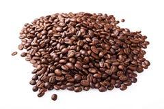 Aislante asado de los granos de café en el fondo blanco Fotos de archivo libres de regalías
