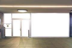 Aislante blanco de las puertas de cristal planas urbanas de la pared de la ciudad de la maqueta del escaparate fotografía de archivo libre de regalías