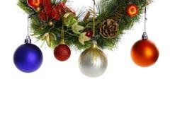 Aislante de los globos de la ejecución del árbol de navidad en el fondo blanco Fotos de archivo libres de regalías