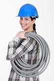 Aislante de tubo acanalado que lleva del Tradeswoman Imagenes de archivo