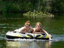 Aislante de tubo adolescente feliz del río de los mejores amigos Imagen de archivo