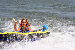 Aislante de tubo de la muchacha en el lago Foto de archivo libre de regalías