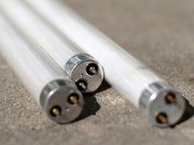 Aislante de tubo fluorescente en el concreto Fotografía de archivo