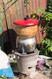 Aislante del hervidor de arroz del vintage en cierre del fondo para arriba imagenes de archivo