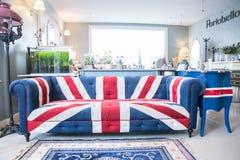 Aislante del sofá del Union Jack en el fondo blanco con la trayectoria de recortes Foto de archivo libre de regalías