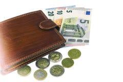 Aislante en blanco La UE cobra Billetes de banco de 5, 10, 20 euros Algunas monedas Cartera del marrón del ` s del hombre Fotos de archivo libres de regalías