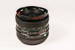 Aislante macro negro de la lente en un fondo blanco Fotografía de archivo