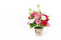 Aislante plástico de las flores en el fondo blanco, flores falsas Fotos de archivo