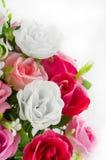 Aislante plástico de las flores en el fondo blanco, flores falsas foto de archivo