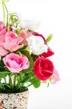 Aislante plástico de las flores en el fondo blanco, flores falsas imágenes de archivo libres de regalías