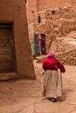 Ait本Haddou村庄,联合国科教文组织世界遗产狭窄的街道的老巴巴里人妇女在摩洛哥 库存图片