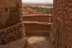 Ait本Haddou,联合国科教文组织世界遗产巴巴里人村庄狭窄的街道在摩洛哥 免版税库存照片