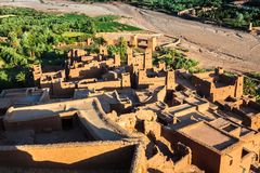 Ait Benhaddou é uma cidade fortificada, ou ksar, ao longo do carro anterior Imagens de Stock Royalty Free