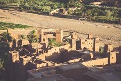 Ait Benhaddou é uma cidade fortificada, ou ksar, ao longo do carro anterior Fotos de Stock Royalty Free
