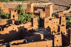 Ait Benhaddou é uma cidade fortificada, ou ksar, ao longo do carro anterior Imagens de Stock