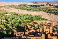 Ait Benhaddou é uma cidade fortificada, ou ksar, ao longo do carro anterior Fotos de Stock