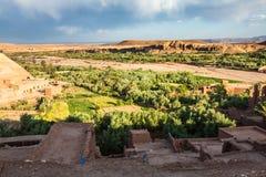 Ait Benhaddou é uma cidade fortificada, ou ksar, ao longo do carro anterior Fotografia de Stock Royalty Free