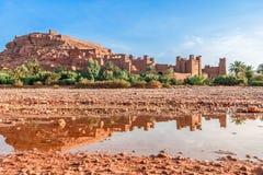 Ait Benhaddou Kasbah在水,摩洛哥中反射了 免版税库存照片